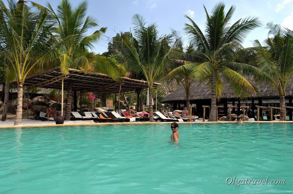 Вода теплая, но не такая горячая, как на горячих источниках на севере Таиланда