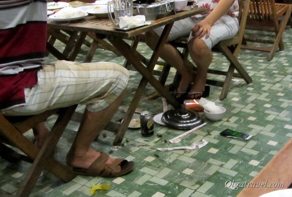 Вот такой мусор остается под столами после обеда-ужина вьетнамцев