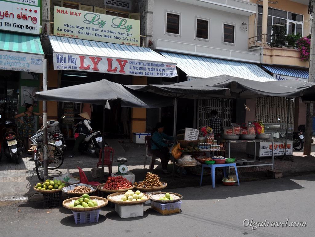 Уже при подъезде к рынку начинаются переулки с фруктами