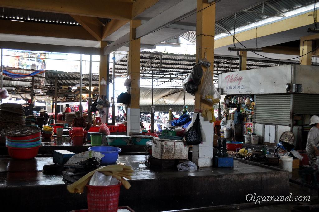 Пустые рыбные ряды на рынке Ксом Мой в обед