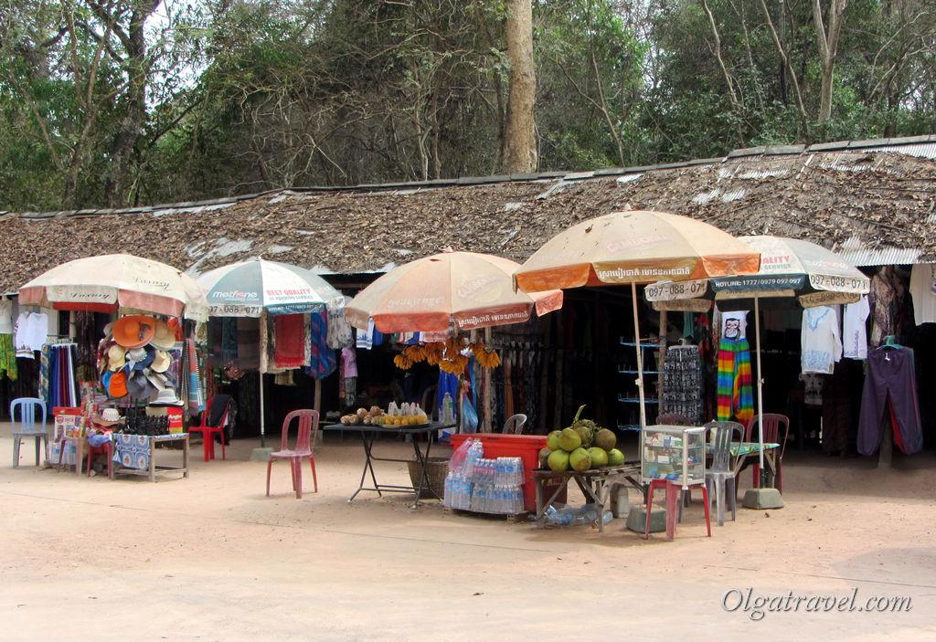 Возле храмов можно купить воду, фрукты и сувениры