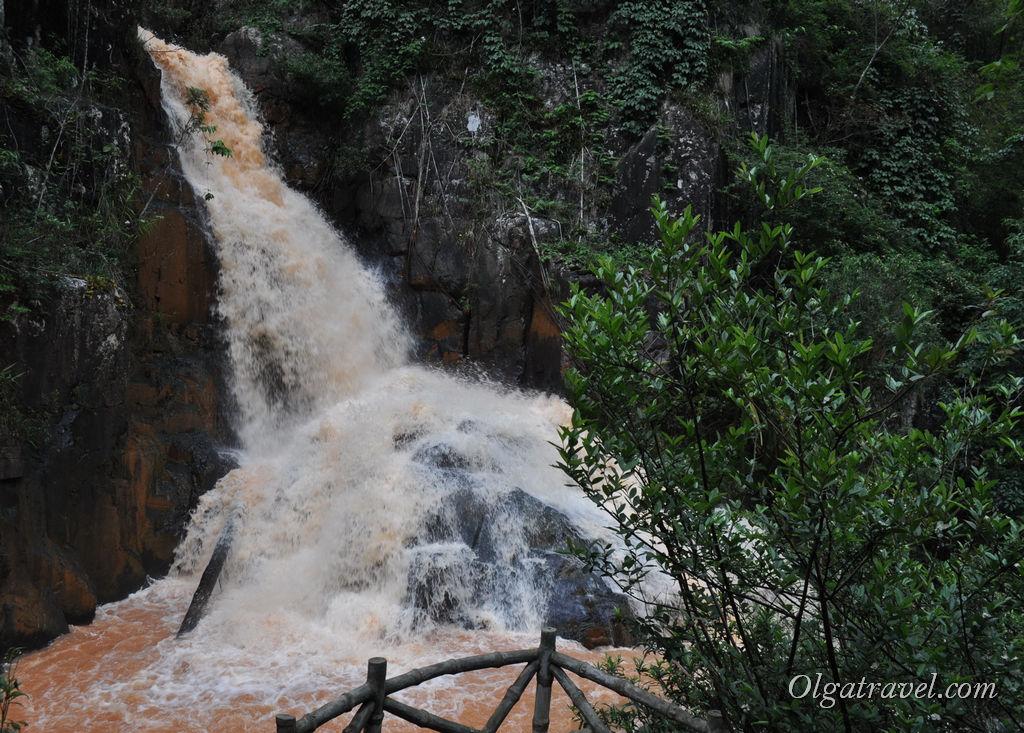 Сильный поток водопада Датанла