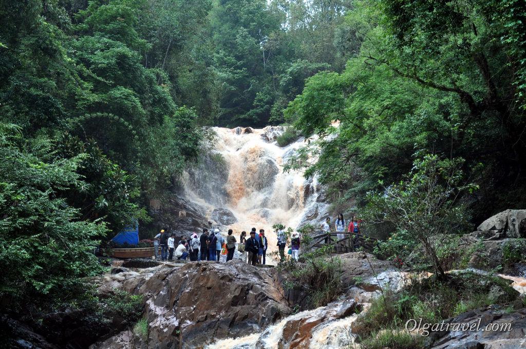 Возле первого уровня водопада Датанла всегда толпы туристов