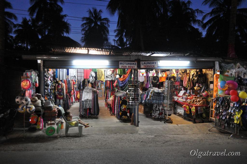 Мелких магазинчиков с сувенирами и пляжной одеждой на Ко Чанге много :)