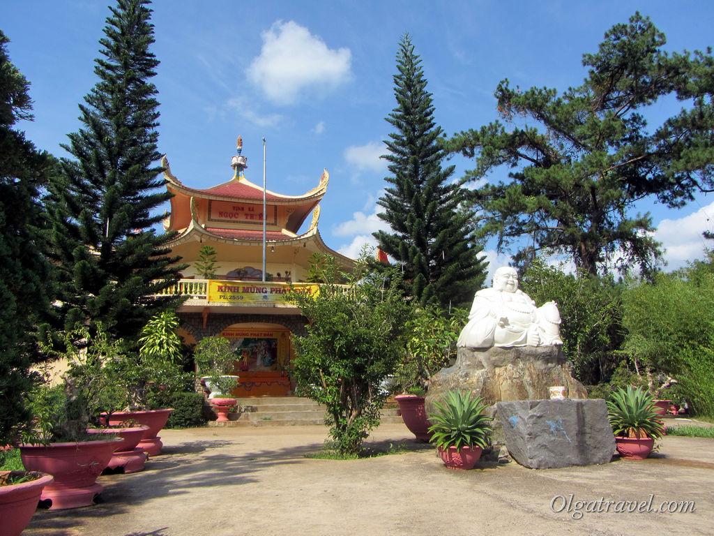 Храм рядом с дорогой