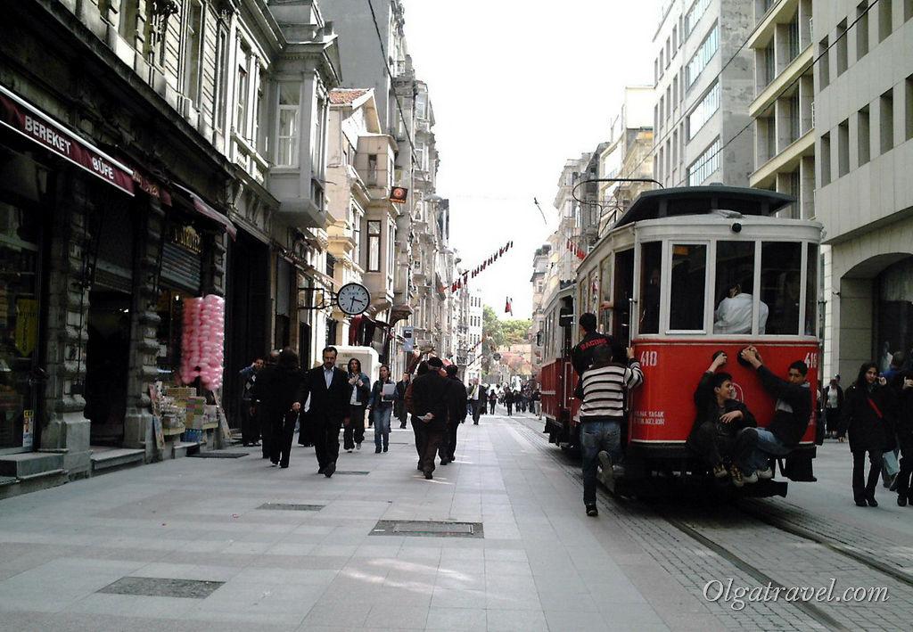 По улице Истикляль ездит старинный трамвайчик