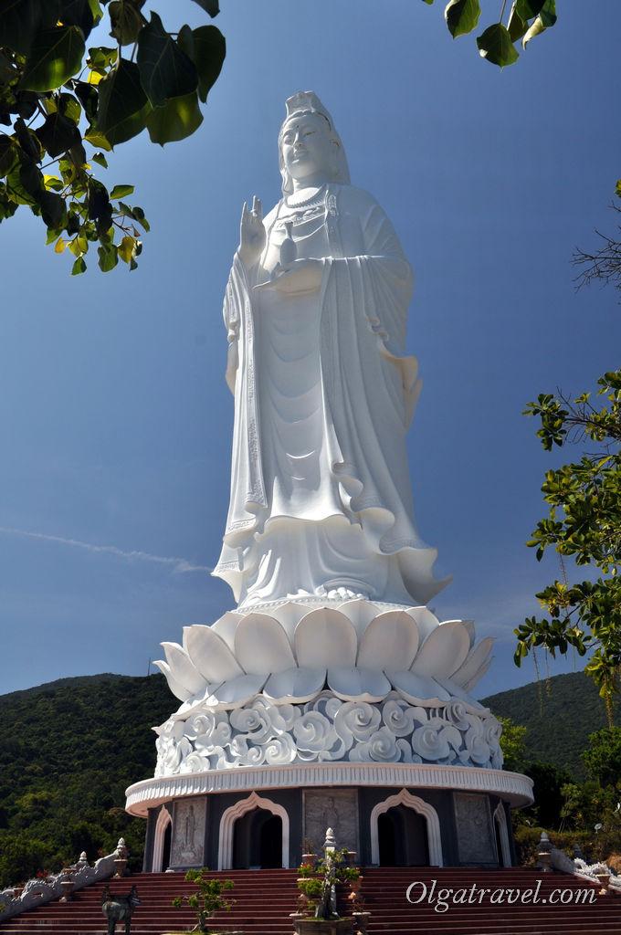Статуя Будды на горе возле Дананга