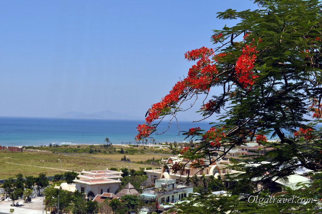 Вид на море с высоты мраморных гор возле Дананга