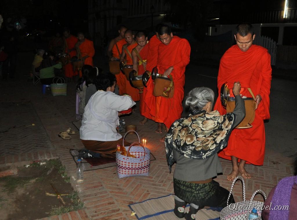 кормление монахов Луанг Прабанг
