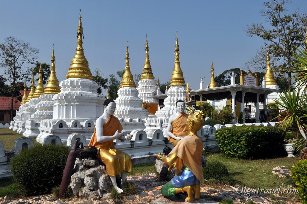 Рядом с чеди статуи монахов