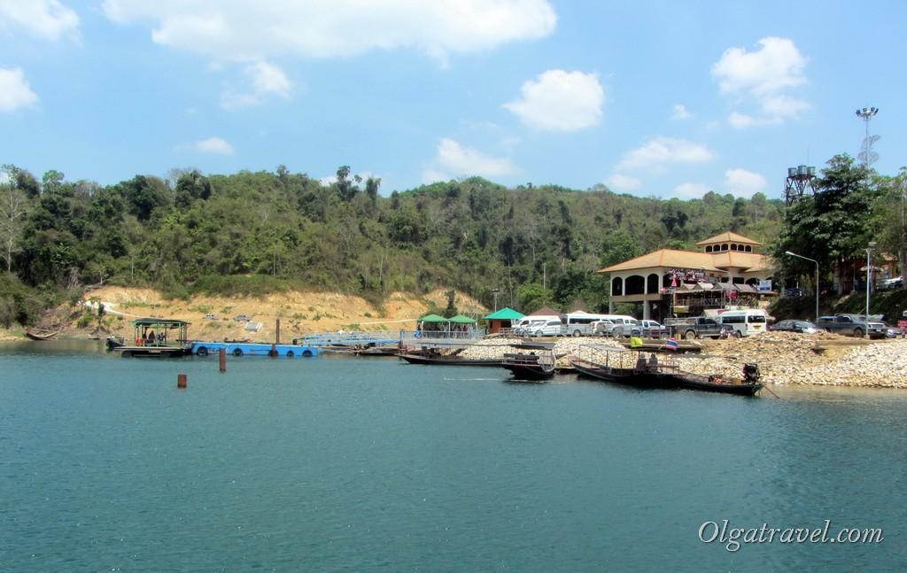 Вид с озера на пирс Чео Лан