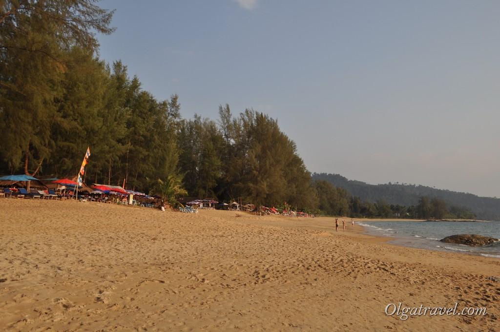 Пляж широкий и малолюдный