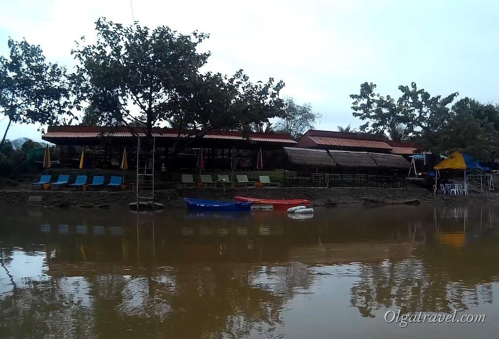 А вот ниже по течению (ближе к деревне) бары и ресторанчики работаю, только в плохую погоду людей в них нет ...