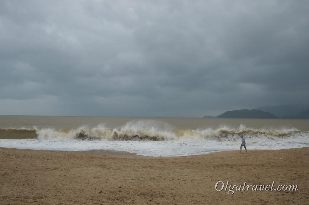Море в Нячанге в декабре: сильные волны, грязно-коричневая вода