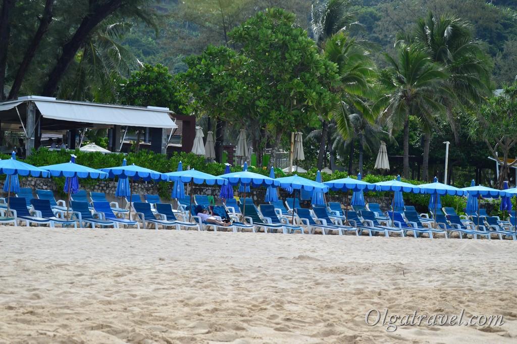 лежаки на пляже Ката Ной